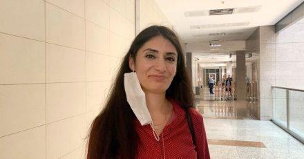Die in der Türkei festgehaltene Kölnerin Gönül Örs steht im Gericht Caglayan.