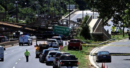 Rettungskräfte sind an einer eingestürzten Fußgängerbrücke im Einsatz.