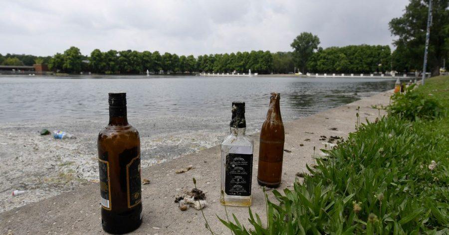 Leere Flaschen sind die letzten Überreste einer Party am Aachener Weiher in Köln.