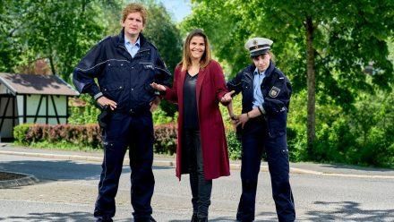 Katharina Wackernagel (M) als Kommissarin Marie Gabler, Sebastian Schwarz (l) als Polizeihauptmeister Heino Fuss und Eva Bühnen als Kommissaranwärterin Jennifer Dickel (rto/spot)