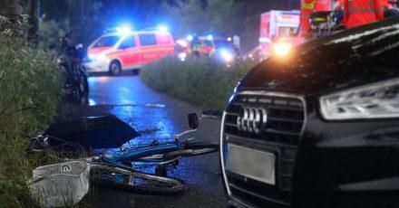 Eine Zwölfjährige wurde bei dem Unglück im Düsseldorfer Naturschutzgebiet Urdenbacher Kämpe lebensgefährlich verletzt - ihre Mutter musste mit einemSchock behandelt werden.