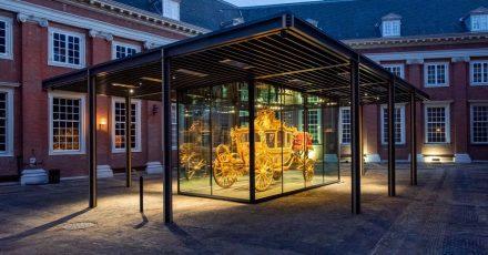 Die Goldene Kutsche (Gouden Koets) wird in einem Glaskasten ausgestellt.