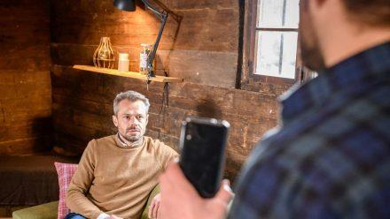 """""""Sturm der Liebe"""": Erik (l.) ist schockiert, als er erkennt, was Florian mit seinem Geständnis vor hat. (cg/spot)"""