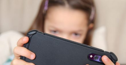 Viele Spiele auf dem Smartphone locken mit  In-Game-Käufen, manchmal reichen ein paar Klicks. Gerade für Kinder kann das eine große Versuchung sein.