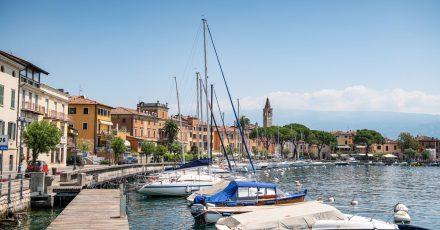 Boote liegen im Hafen des kleinen Ortes Maderno. Im Fall zweier Toter auf dem Gardasee nach einer mutmaßlichen Bootskollision ermittelt die italienische Polizei gegen zwei Deutsche aus München.