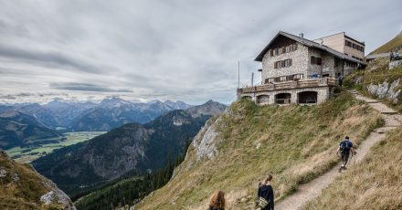 Wanderer auf dem Weg zur Bad Kissinger Hütte.
