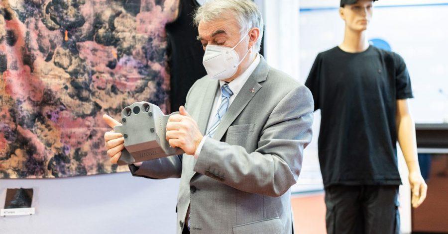 NRW-Innenminister Herbert Reul testet die neue Infrarotkamera KTvisio der Polizei.
