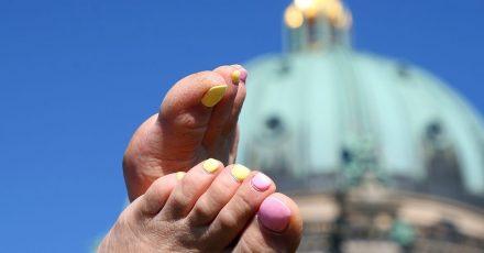 Damit der Lack auf den Nägeln hält und keine Bläschen bildet, sollte man die Farbe besser nicht in der Sonne auftragen.