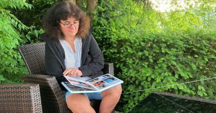 Petra Lieser sitzt mit Fotobüchern über ihre Tochter in ihrem Garten. Die Tochter Katja Lieser war am 1. Dezember 2020 bei einer Amokfahrt in Trier getötet worden (zu dpa ««Der Schmerz hört nicht auf»: Das Leben nach der Amokfahrt von Trier»)