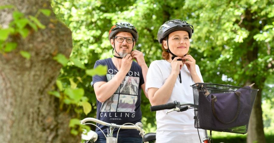 Für jeden Kopf den richtigen Deckel: Damit ein Fahrradhelm richtig schützt und nicht unbequem wird, muss er zur eigenen Kopfform passen und richtig justiert werden.