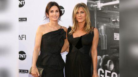 Die Schauspielerinnen Courteney Cox (l.) und Jennifer Aniston waren gemeinsam schon auf vielen Red-Carpet-Events. (ili/spot)