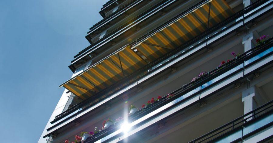 Markisen halten die Sonne fern - und damit auch die Hitze draußen.