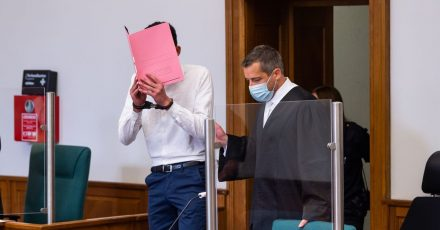 Der Angeklagte (l) mit seinem Anwalt Moritz Klay (r) im Landgericht Lüneburg.