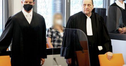 Die angeklagte Mutter (m.) zwischen ihren Anwälten Felix Menke (l) und Thomas Seifert (r) im Gerichtssaal.