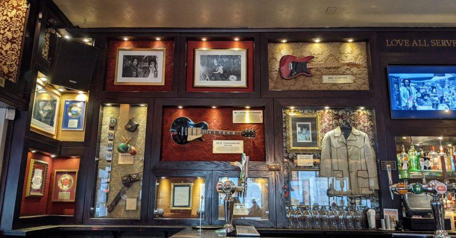Die Gitarren von Eric Clapton (oben rechts) und Pete Townshend (M) waren die ersten im Hard Rock Cafe London.