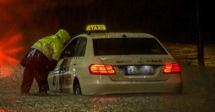 In Essen kam ein Taxi nach einem Starkregen-Guss und einer nachfolgenden Überschwemmung nicht mehr vomFleck - die Feuerwehr versuchte zu helfen.