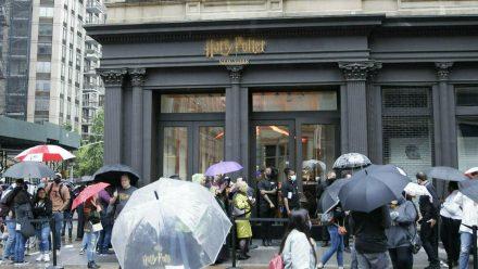 """Viele Fans wollten am Donnerstag einen ersten Blick in den neuen """"Harry Potter""""-Laden werfen. (jom/spot)"""