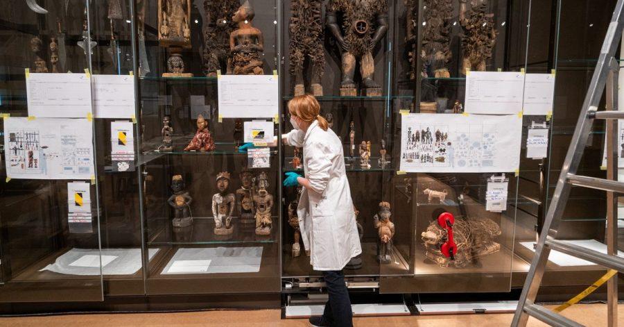 Eine Vitrine mit Statuen im Humboldt-Forum.
