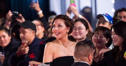 Die US-amerikanische Schauspielerin Maggie Gyllenhaal (M) wird Jurorin in Cannes.