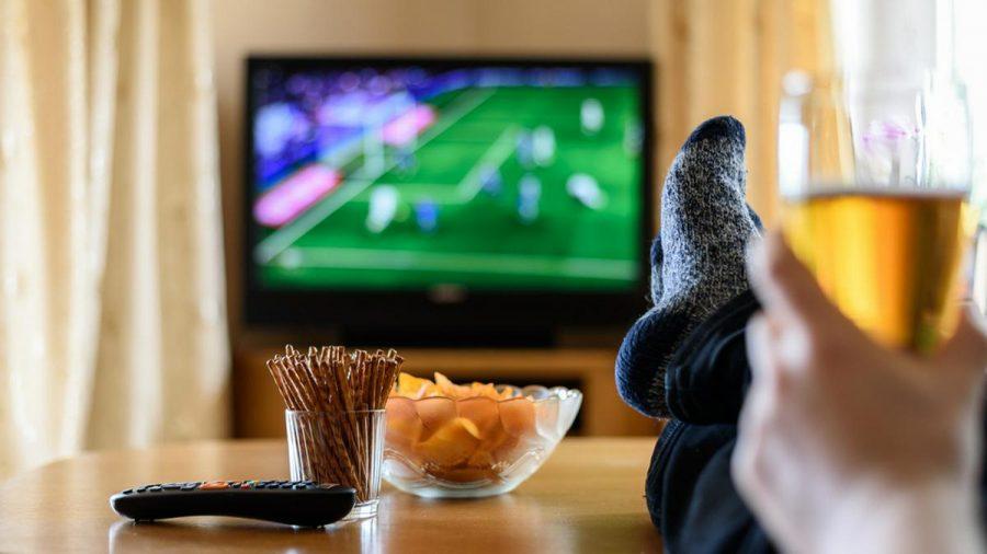 Einen ganzen Monat lang können Fans gemütlich von der Couch aus bei der Fußball-EM mitfiebern. (elm/spot)