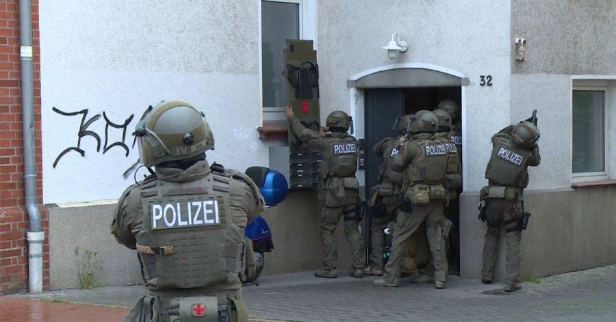 Nach den tödlichen Schüssen auf einen 30-jährigen Autofahrer in Hannover läuft die Fahndung nach einem Tatverdächtigen.