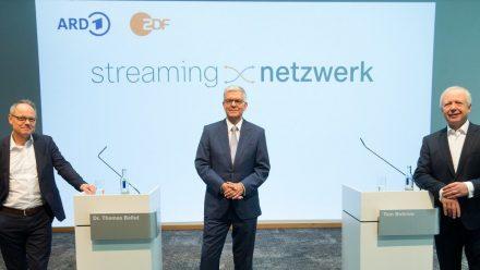 SWR-Intendant Prof. Kai Gniffke, ZDF-Intendant Dr. Thomas Bellut und der ARD-Vorsitzende Tom Buhrow (v.l.) stellten das Konzept des Streaming-Netzwerks vor. (tae/spot)
