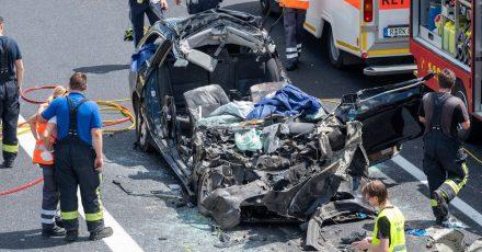 Rettungskräfte sind auf der Autobahn A3 nach einem Unfall mit mehreren Toten im Einsatz.