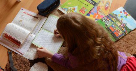 Eltern sollten mit ihrem Kind darüber sprechen, was es in der Schule erreichen möchte, und dafür konkrete Ziele formulieren.