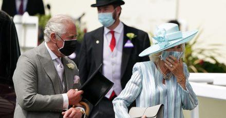 Der britische Prinz Charles, Prinz von Wales, und seine Frau Camilla, Herzogin von Cornwall, bei der Ankunft in Ascot.