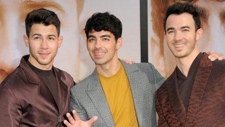 Die Jonas Brothers 2019 auf dem roten Teppich (v.l.): Kevin Jonas, Joe Jonas und Nick Jonas. (jru/spot)