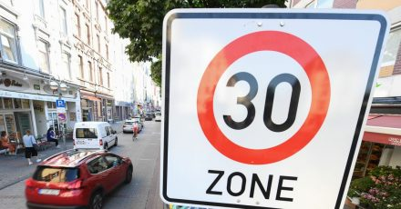 Ein Verkehrsschild im Frankfurter Stadtteil Bornheim weist auf eine Tempo 30-Zone hin.