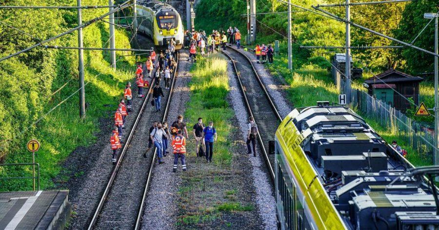 Rettungskräfte sichern die Unfallstelle in Oppenweiler.