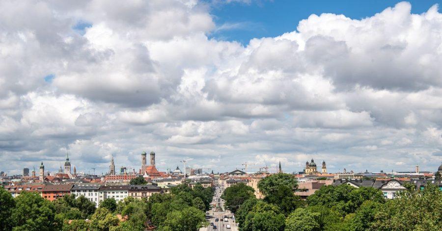Wolken und ein kleines Stück blauer Himmel über  München.