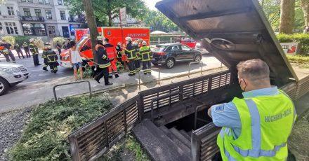 Eine U-Bahn der Linie U1 ist in Hamburg-Rotherbaum gegen ein Hindernis im Tunnel gefahren. Bei der Vollbremsung seien drei Menschen leicht verletzt worden, sagte ein Feuerwehrsprecher.
