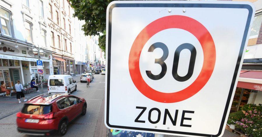 Ein generelles Tempo 30 in der Stadt lehnen die meisten Menschen in Deutschland laut einer Umfrage ab.