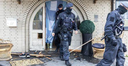 Bei Ermittlungen gegen Clankriminalität durchsuchen derzeit Spezialkräfte der Polizei rund 30 Objekte in Nordrhein-Westfalen.
