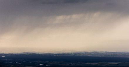 Eine Regenfront zieht vom Elsass kommend auf die deutsche Grenze zu. Sommergewitter sorgen derzeit für häufige Regenfälle in Südbaden, über dem Schwarzwald und dem Elsass.