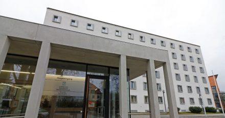 Am Landgericht in Traunstein findet der Prozess um Vergewaltigungen auf einer Schultoilette statt.