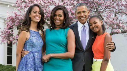 Michelle und Barack Obama mit ihren Töchtern im Garten des Weißen Hauses 2015. (nra/spot)