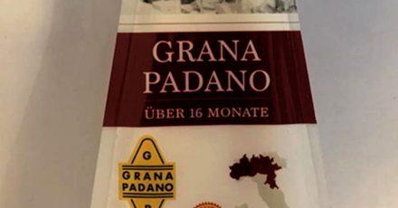 Wegen eines falschen Etiketts auf der Rückseite ruft die Firma Colla Spa das Produkt «Grana Padano, 16 Monate gereift, 200g» zurück.