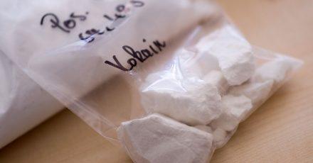 Ein Beutel mit Kokain liegt bei einem Pressetermin der Polizei auf einem Tisch.