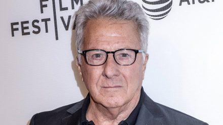 Hollywood-Legende Dustin Hoffman steht mit Sohn vor der Kamera