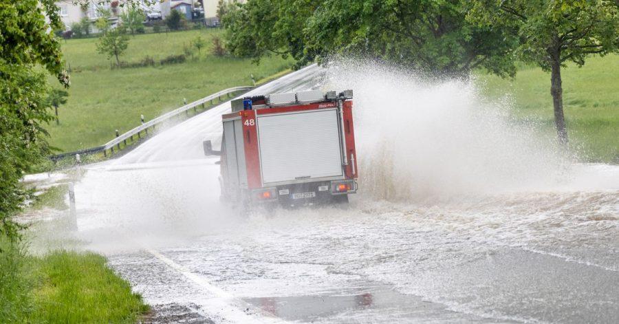 Heftige Regenfälle haben Straßen im Taunus überflutet.