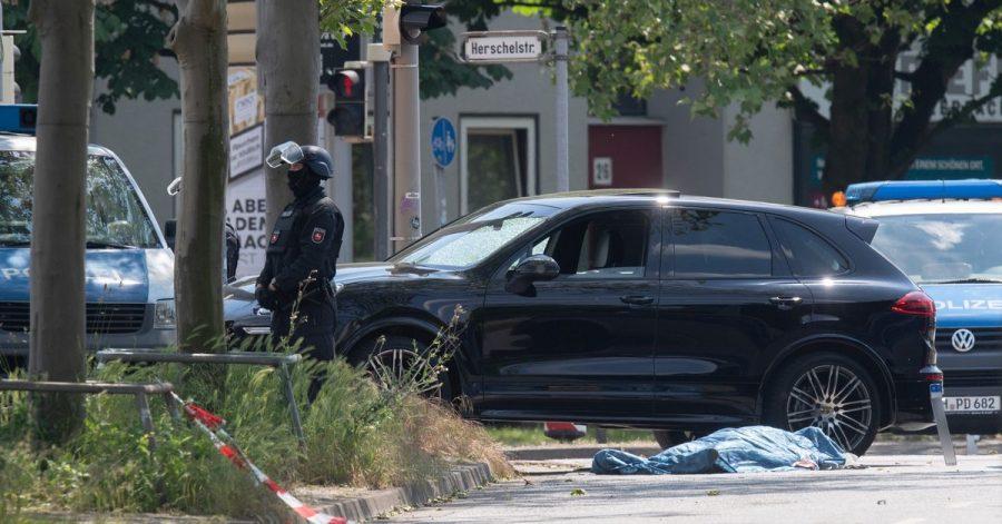 Polizisten sichern am 3. Juni den Tatort in Hannover.