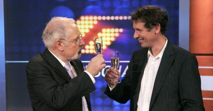 """Heribert Faßbender (l.) und Steffen Simon prosten sich im September 2006 mit einem Glas Sekt zu. """"Mister Sportschau"""" Heribert Faßbender wurde damals vom Westdeutschen Rundfunk (WDR) als Sportchef des Senders in den Ruhestand verabschiedet."""