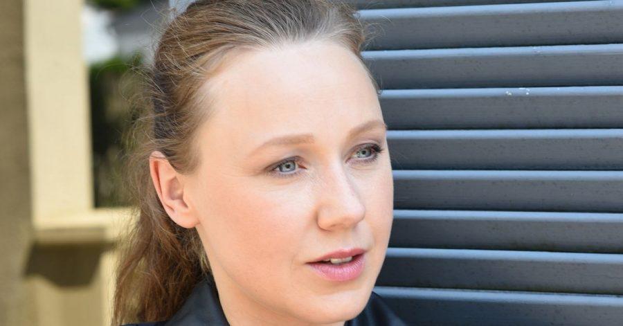 Die Schauspielerin Katharina Leonore Goebel lächelt während einer Drehpause bei der ARD Krimi Serie «Watzmann ermittelt».