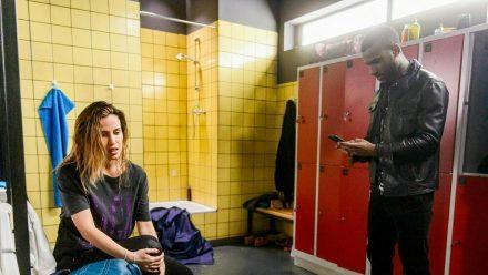 """""""Alles was zählt"""": Chiara, die ausgerechnet auf ihr vorbelastetes Knie gestürzt ist, wird von Moritz gefunden. (cg/spot)"""