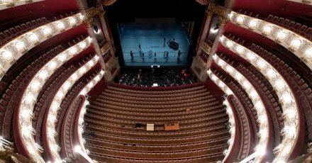 Die Bühne in der Bayerischen Staatsoper in München wird für die Opernfestspiele vorbereitet.
