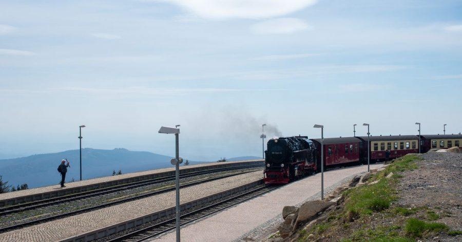 Nachdem die Harzer Schmalspurbahnen im Corona-Jahr 2020 deutliche Fahrgast- und Umsatzeinbußen hinnehmen musste, läuft der Betrieb nun langsam wieder an.
