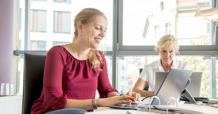 Traineeprogramme sind bei Berufseinsteigern beliebt. Interessierte sollten sich frühzeitig informieren.